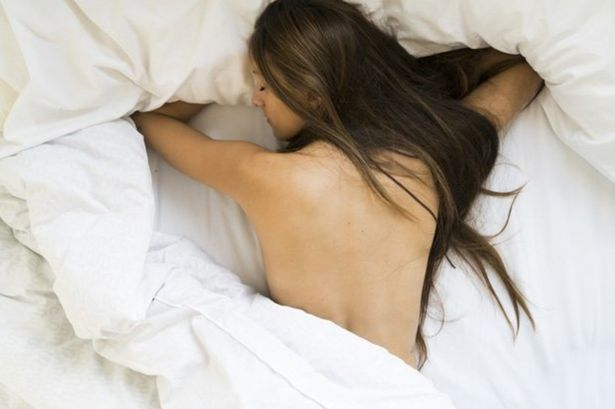 Does sleeping naked help you lose weight
