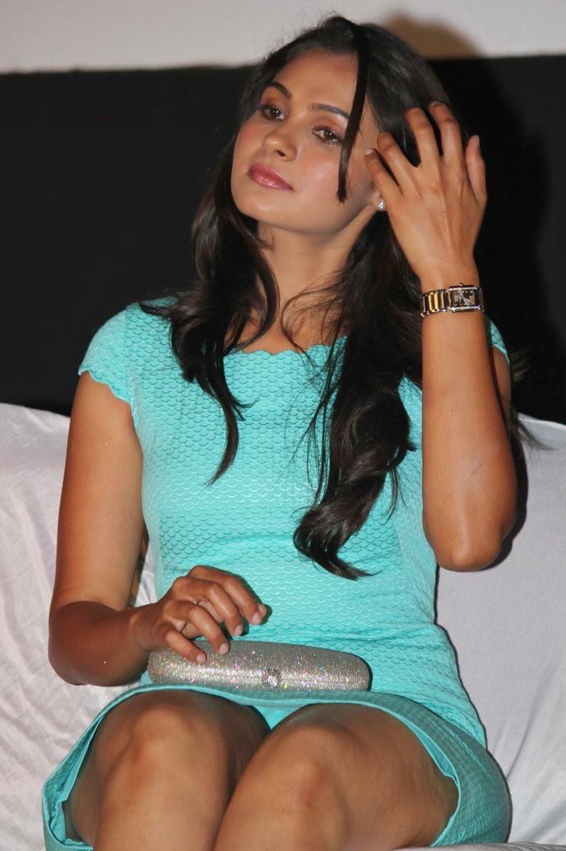 Hot sri lankan girl short skirt pics